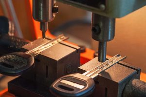 laser cutting & programming a transponder key for a customer